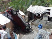 Una semana después sigue encima de viviendas Auto cae sobre casa en Ocoa