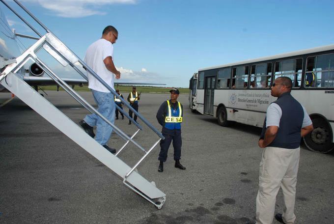 Repatrian 89 dominicanos luego de cumplir condenas en Estados Unidos