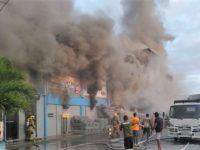 Fuego consume a la Ferretería Ramírez, duro golpe para el comercio de Azua